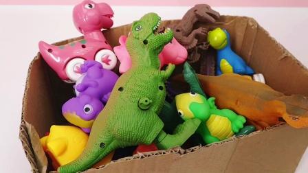 调皮的彩色小恐龙掉进破纸箱里啦 快来解救吧