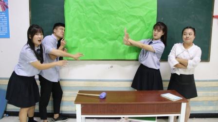 黑板被纸糊住,是老师准备的惊喜还是惊吓?同学们都不敢撕开看