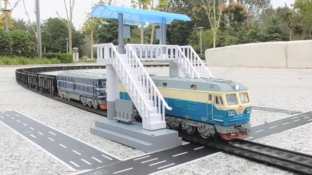 黑皮敞车厢专列穿过人行桥跨过轨道立交模拟