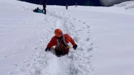 史上首位!俄双腿截肢男子耗时34天 攀顶8千米高峰
