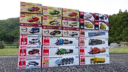 托马斯和彩色汽车玩具一起拆盒