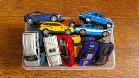 缤纷跑车轿车和吉普车玩具箱展示