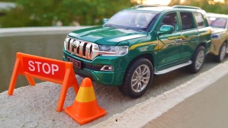 彩色的双层巴士和吉普车SUV汽车玩具展示