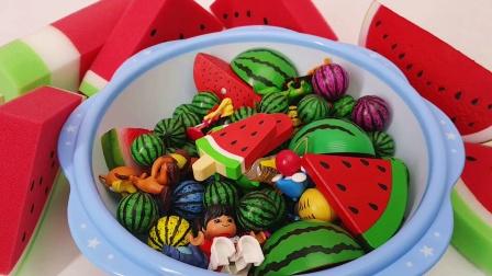 西瓜玩具堆满一整个盆子 快来找找看里面有什么惊喜玩具吧