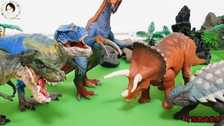 三只怪兽欺负三角龙和甲龙,最后被霸王龙和镰刀龙合力打败