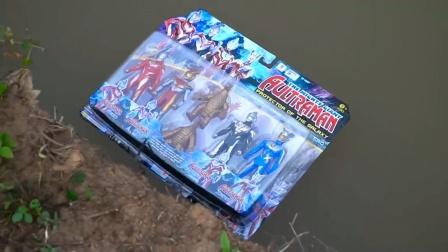 特利迦奥特曼玩具开箱,奥特曼玩具掉水里,妈妈最后能拿到吗?