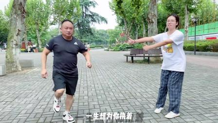 湖北武汉鬼步舞,你们喜欢的胖大叔来了,舞步灵活一点也不像55