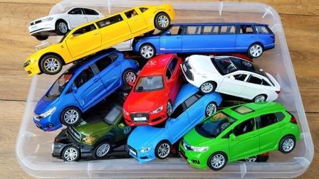 装满加长轿车和SUV警车的玩具箱展示