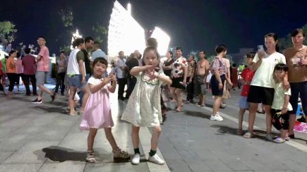 2小姑娘广场炫舞,一曲《最后的人》舞姿飘逸,迷倒观众一大片
