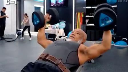 硬核!67岁大爷在家健身练出8块腹肌!网友感叹:自愧不如