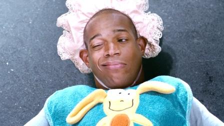 侏儒男子装嫩,化身婴儿混进小夫妻家里,喜剧电影《小矮人》2