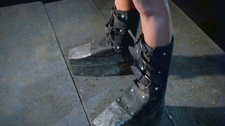 女囚一旦犯错就会套上特制铁鞋,堪称魔鬼刑具