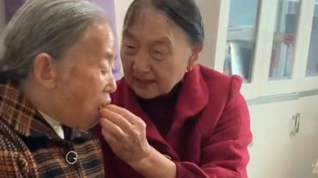 68岁奶奶教闺蜜吃螃蟹,全程宠溺式投喂:牙掉了我给你买!