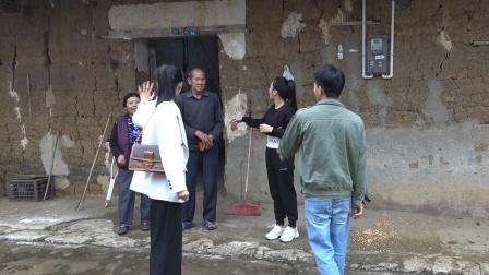 女老板带小莫和表妹看望村里老人