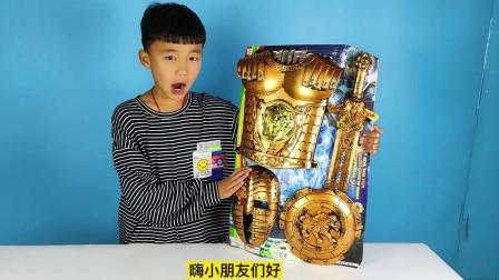 小泽开箱中世纪铠甲穿戴玩具,穿上之后拿着宝剑玩具,非常好玩