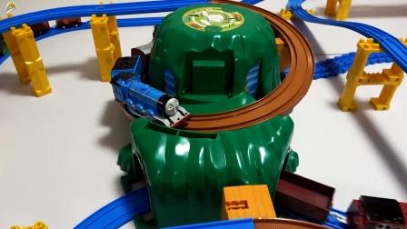 组装盘山轨道隧道,托马斯小火车转圈圈玩游戏