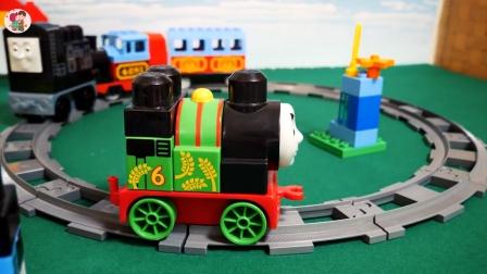 组装轨道和站台,一辆托马斯小火车到站加水