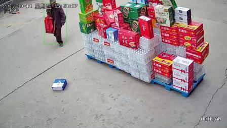 店家摆放的货品倒地,穿着褴褛的大叔经过后的举动让人怒赞
