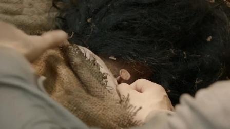 小伙怜惜女尸的遭遇,拔掉她脖子上的钉子,结果被女尸追着报恩
