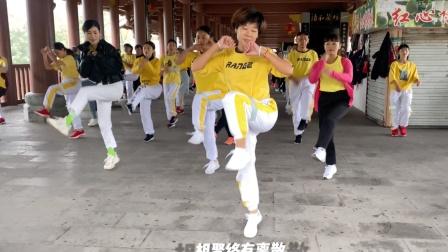 广场鬼步舞《情路弯弯》,入门22步,30人齐舞真好看!