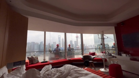 太突然!男子正在酒店房间休息,玻璃墙外出现高空作业者!