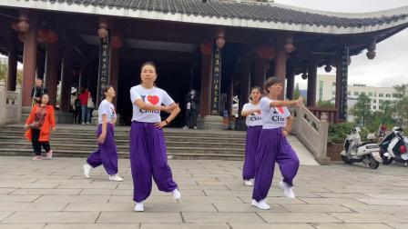 4个美女阿姨广场跳鬼步舞,路人看懵了,看完还不想走