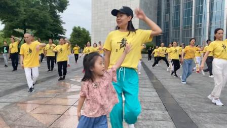4岁小美女跟妈妈跳鬼步舞,竟然比妈妈跳得还好,小不点太牛了!