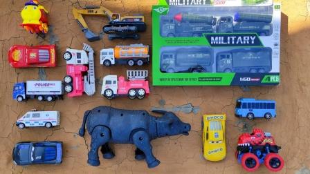 哇!挖掘机、消防车、巴士、工程车玩具都在草丛里!