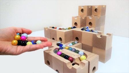 哇!100颗弹珠放进迷宫积木轨道会怎样?挖掘机工程车玩具