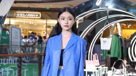 上海:林允蓝色套装演绎秋冬穿搭 于朦胧新作有突破