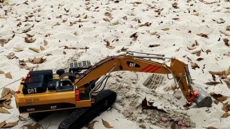 遥控工程车,三辆挖掘机比赛挖沙子,蓝色挖掘机最好看