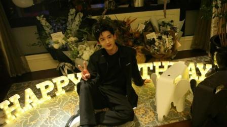 白敬亭晒28岁生日照 和粉丝聊闲画风超搞笑