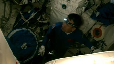 神舟十三号航天员进驻中国空间站 航天员打开双向承压舱门 神舟十三号航天员进驻中国空间站 20211016