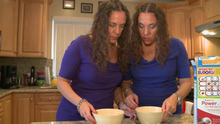 46岁双胞胎姐妹,19年没离开对方一天,吃饭都要吃一样多
