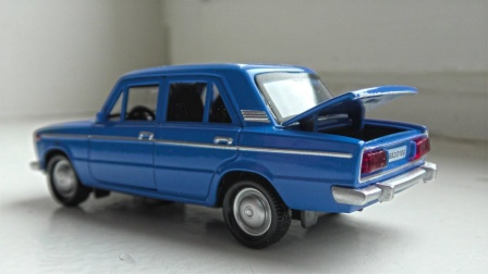 老式轿车出租车和彩色跑车玩具