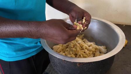 非洲卢旺达,盛产香蕉,第一次学做香蕉饼,成功出师