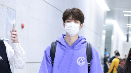 上海:机场直拍!林一穿卫衣背双肩包少年感十足 边走边收粉丝信