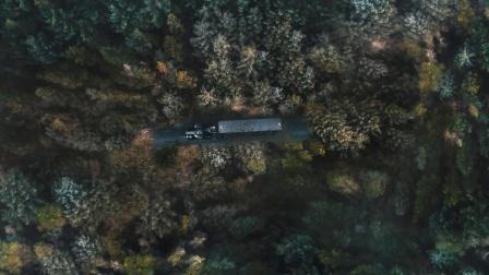 悬疑片:一辆卡车行驶在公路上,突然道路消失了,结局超烧脑