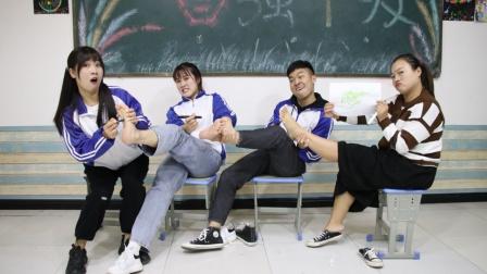师生一起玩脚底传画,老师和学生一点默契也没有,西瓜变成翅膀?