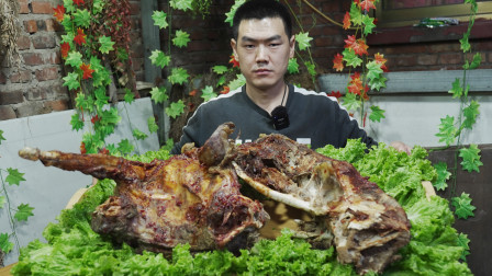 """5000块买只人工养殖鸵鸟,阿远做""""炭烤鸵鸟""""解解馋,味道不一般"""