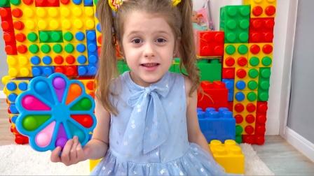 萌娃被困在了积木房子里,小萝莉和妈妈救了萌娃