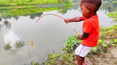农村小男孩河边钓鱼,刚抛第一竿就有大鱼上钩了,一起看看