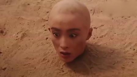 小伙把人的身体埋在土里,头当做高尔夫球来打,一杆进洞!