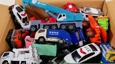 整整一箱子救援汽车和卡车展示