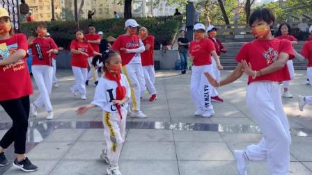 5岁小女孩跟奶奶跳广场舞,大家说小不点跳得更好,你说呢?