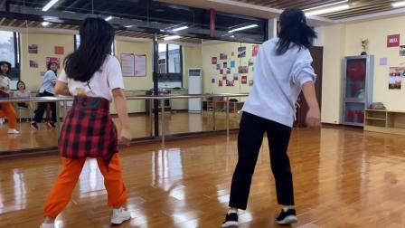 美女双人鬼步舞,舞步翩翩真好看,仿佛仙女下凡一般飘逸!