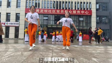 2姐妹街头大秀鬼步舞,路过行人跟着跳起来,这舞蹈太魔性了