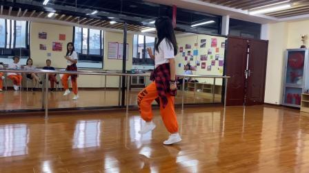 这个美女不爱打麻将爱跳鬼步舞,每天都在舞蹈室跳,歌醉舞美!