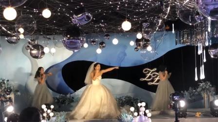 新娘带伴娘团婚礼上跳搏击操,网友:婚后地位稳了