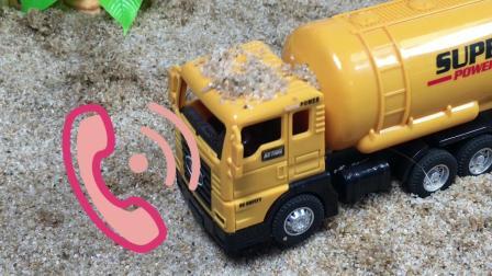 工程车故事:铲车搞恶作剧,罐车叫来了警车帮忙